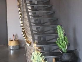 Escalier droit en Acier brut avec garde corps